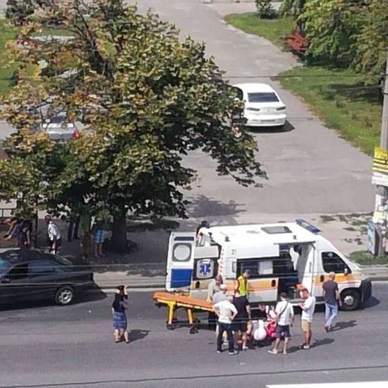 У Києві на Троєщині легковик збив дівчинку на пішохідному переході