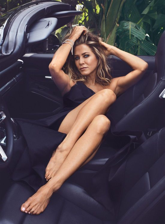 Еністон показала стрункі ніжки у фотосеті і вперше після розлучення дала відверте інтерв'ю