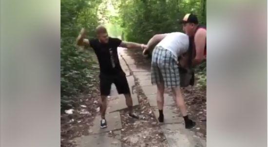 У Києві відлупцювали збоченця, який мастурбував на дітей у парку - соцмережі