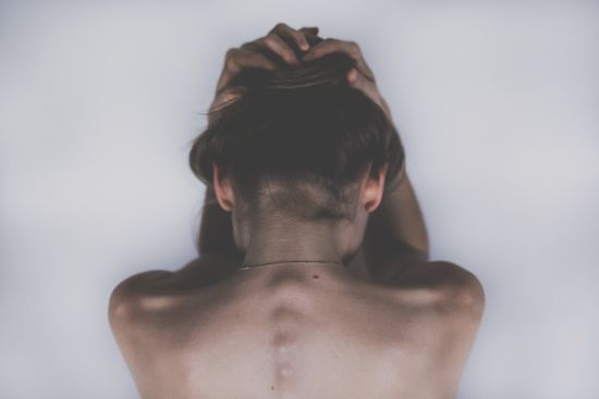 В Україні батько на очах у сина зґвалтував 15-річну доньку з діагнозом ДЦП