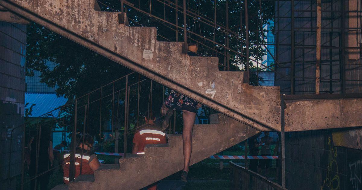 У Києві жінка після сварки з коханим повісилася на пожежних сходах з  ведмедиком у руках (4.38 19) 4969553a8f260