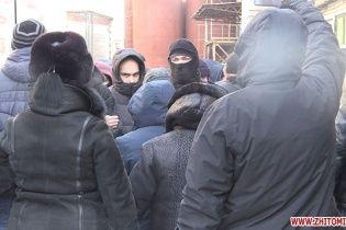 """У Житомирі """"тітушки"""" відкрили вогонь та поранили двох працівників кондитерської фабрики"""