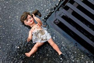 Родители пятилетней девочки узнали о ее изнасиловании священником, найдя рисунки ребенка