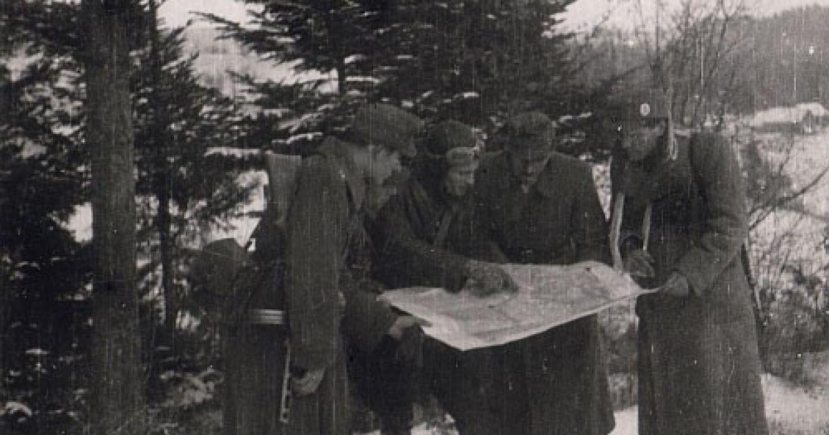 Командири сотень Закерзонського краю обговорюють деталі планованого наступу на Бірчу. 6 січня 1945 року @ Архів Центру досліджень визвольного руху