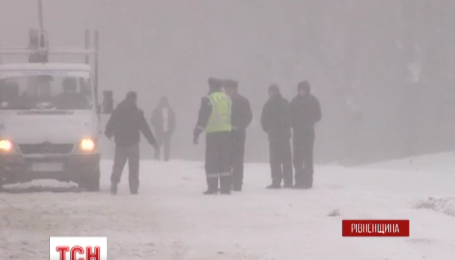 Сильні снігопади залишили без електрики 135 сіл та містечок