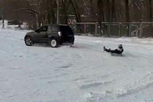 Экстрим с ветерком. Украинцы показали опасное катание на привязанных к машине санках