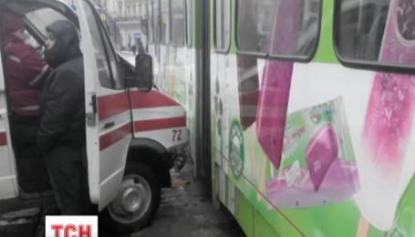 Во Львове карета скорой протаранила трамвай