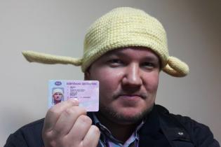 В РФ свидетелю макаронного монстра впервые удалось сфотографироваться в дуршлаге на права