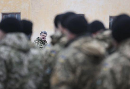 Порошенко наказав підготувати документи для підвищення зарплатні військовим у разі наступу Росії