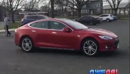 Новая модель Tesla сама выезжает из гаража