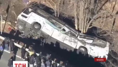 В Японии автобус с туристами сорвался с дороги