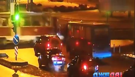 В Харькове дорогу не поделили Lexus и трамвай