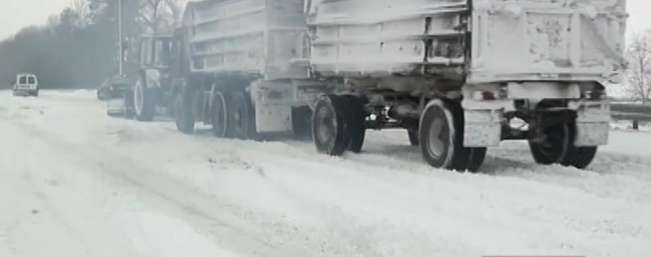 Снігопад зупинив рух на українських трасах: перемети та ожеледь дошкуляють водіям по всій країні