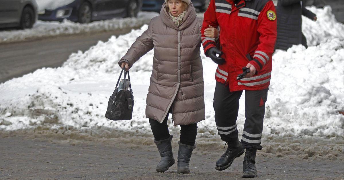 Ледяной дождь в Киеве за час превратил все дороги в каток