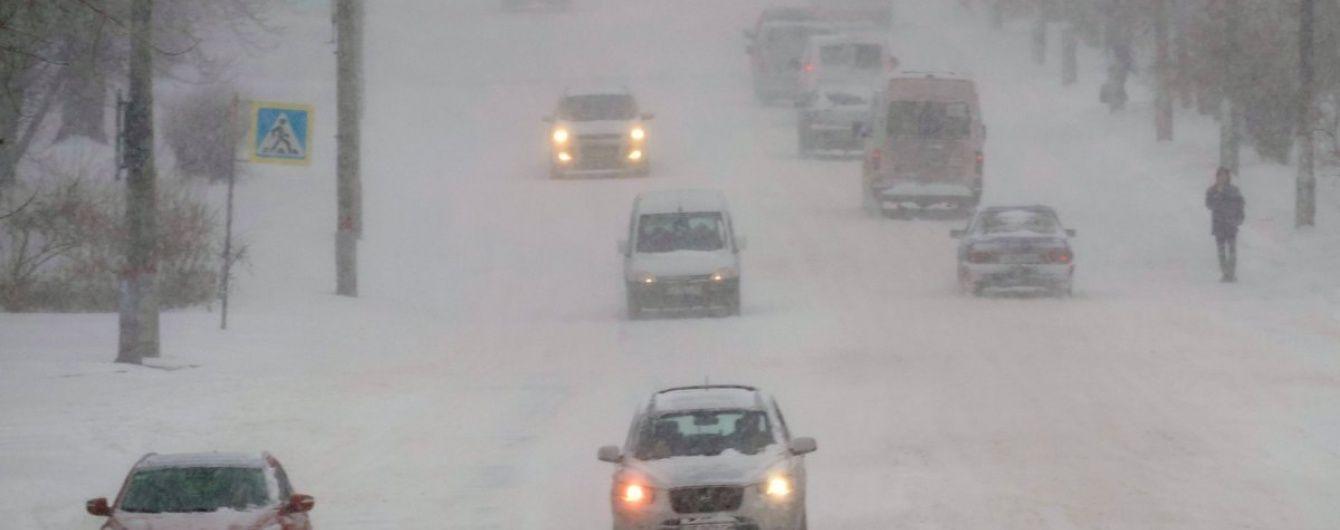 На Черкащині хуртовини намели двометрові замети, рух транспорту ускладнено
