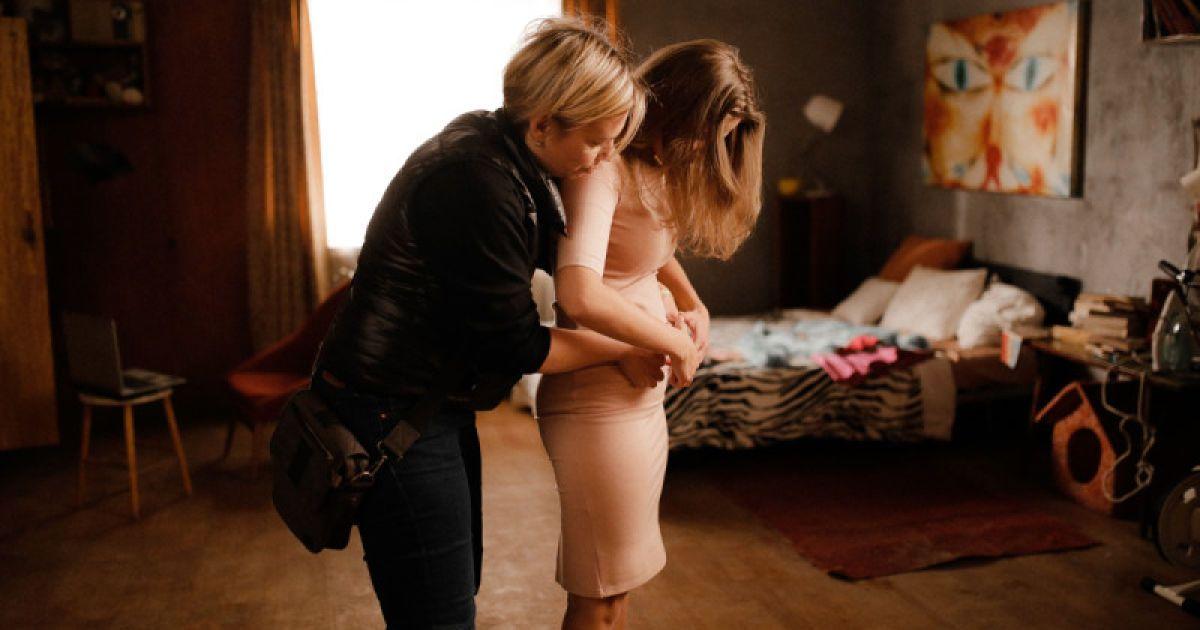 Ролик старается показать, что женщина совершает невероятные усилия и телом, и мозгом, чтобы выйти замуж