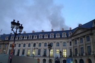 В Париже загорелось здание фешенебельного отеля Ritz