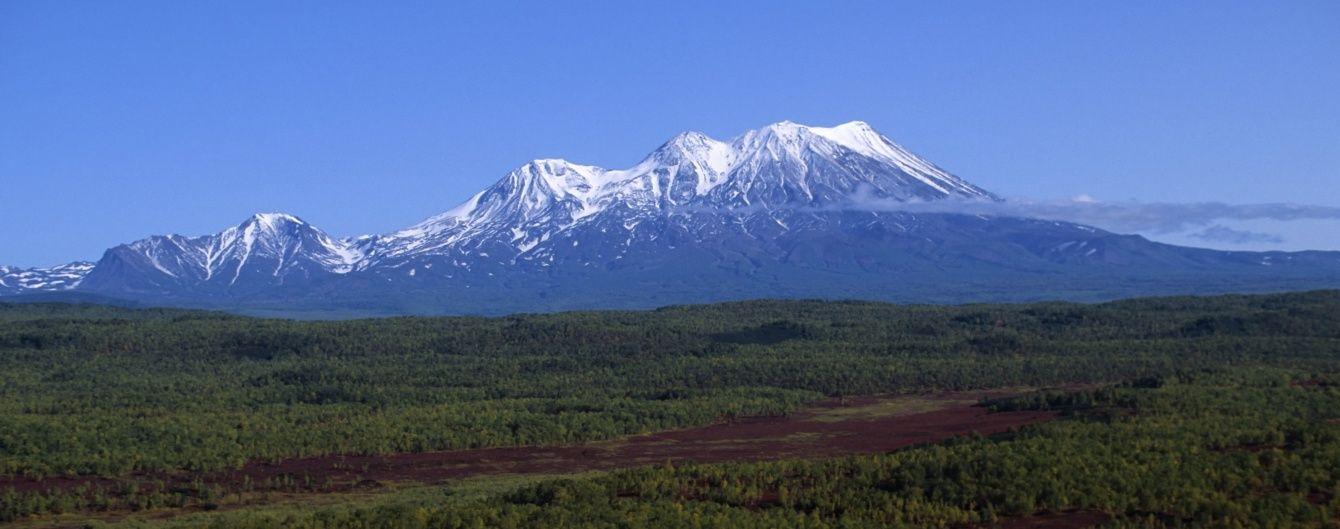 У Мережі показали, як у Росії вулкан викинув величезний стовп попелу