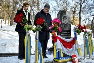 Порошенко с супругой почтили память первых погибших на Грушевского Нигояна и Жизневского