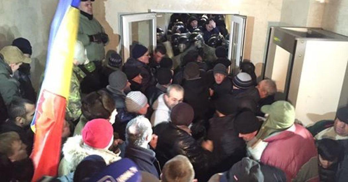 Активісти збираються у центрі міста, вимагають виборів, відставки нового уряду. @ Facebook.com/vladimir.soloviev.5