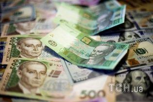 Гривна весь день обесценивается на валютных рынках