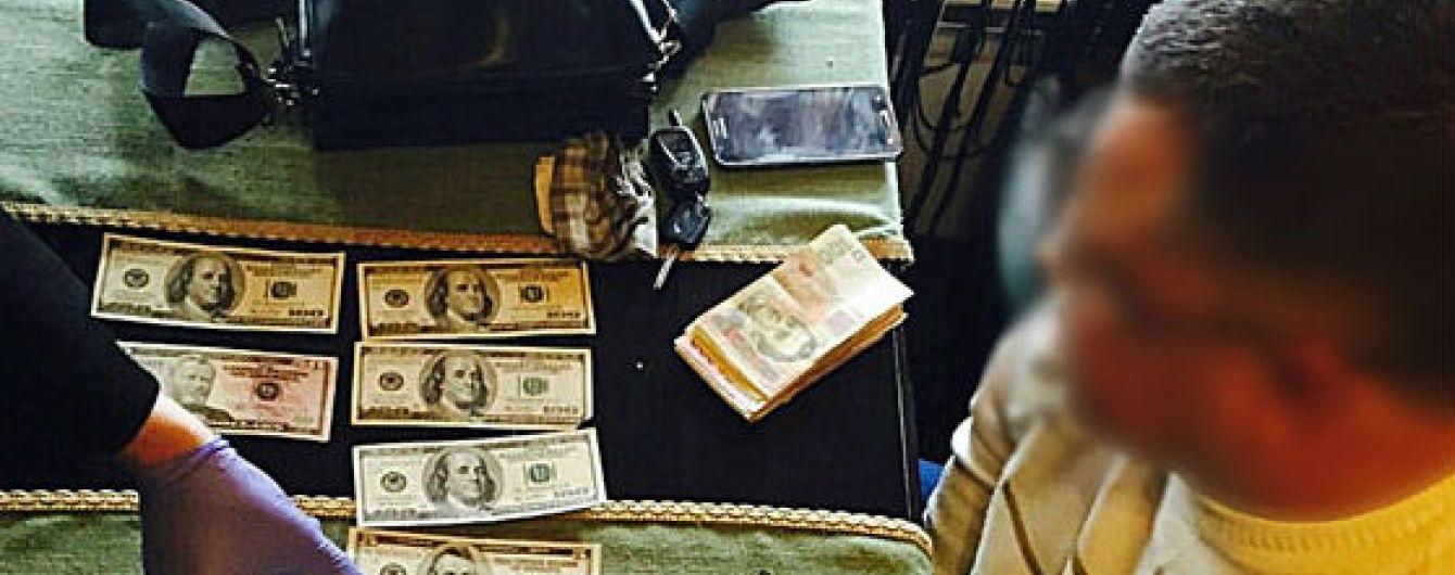 На Закарпатті затримали хірурга, який вимагав від пацієнта 8 тисяч гривень