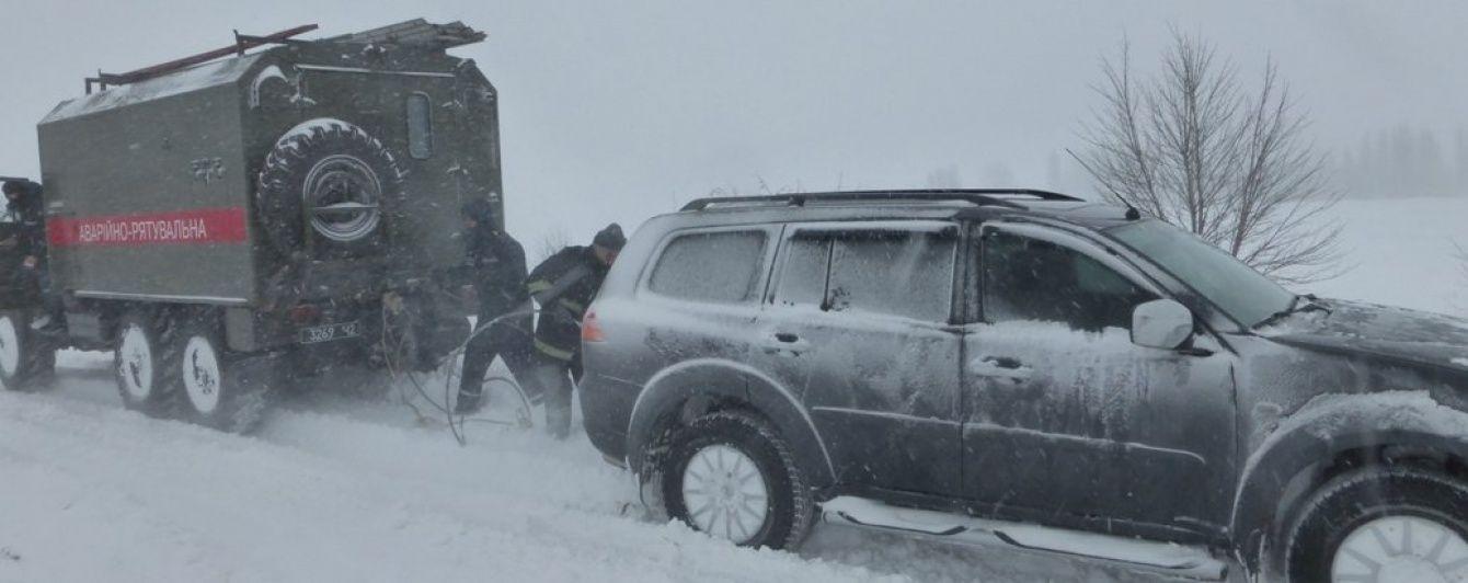 У кількох областях досі не розчистили кучугури снігу з доріг. Куди краще не їхати