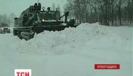 На неделе аномальные снегопады парализовали движение в 5 областях на юге и в центре Украины