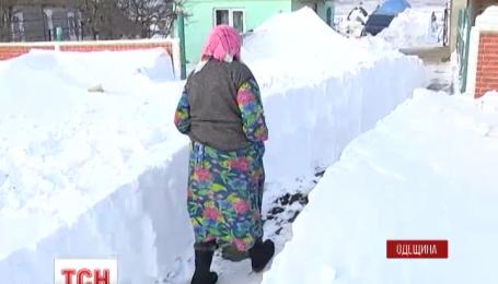 До десятків населених пунктів України і досі складно дістатись через снігові завали