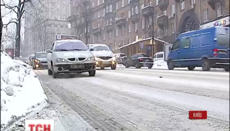 Столицу Украины засыпает снегом