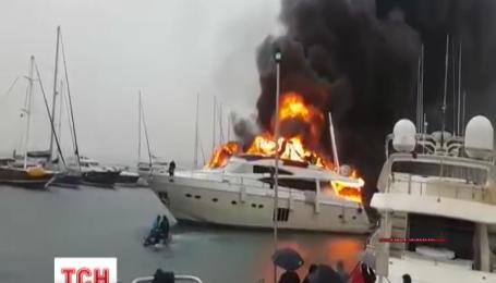 Російські журналісти нібито знайшли власників дорогої яхти, що згоріла у турецькому порту