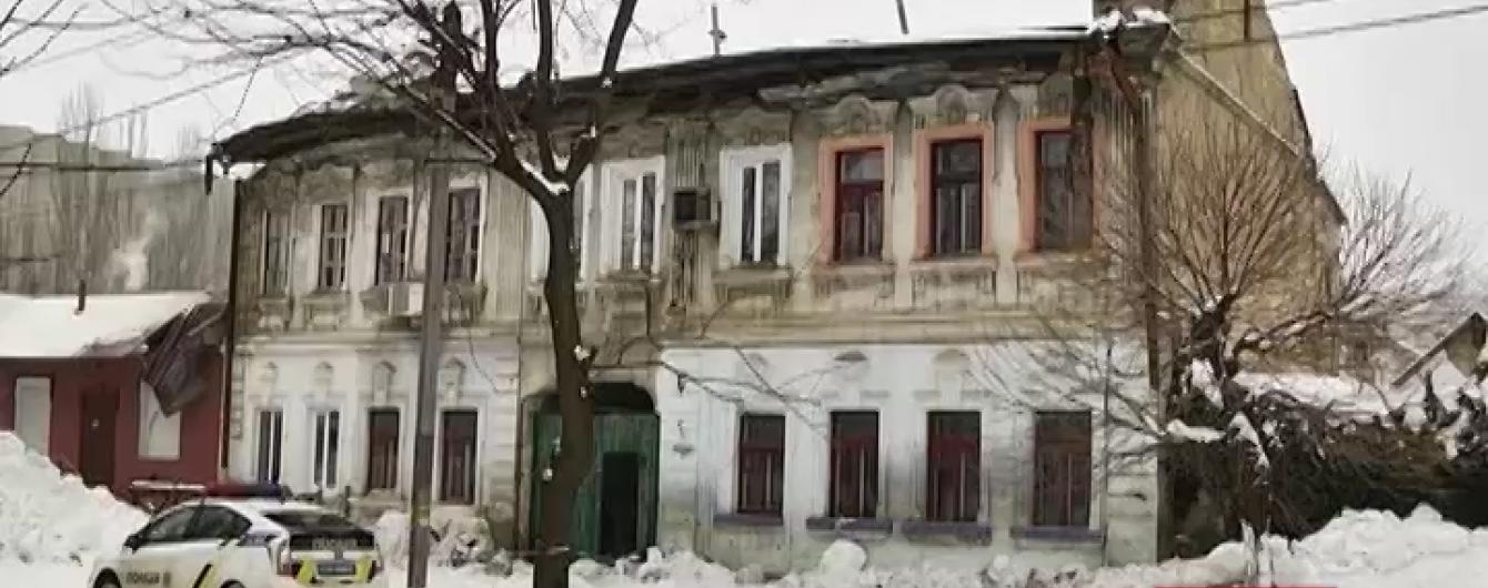 У Миколаєві під вагою снігу обвалився дах багатоквартирного будинку