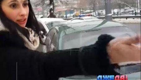 Неадекватная женщина сбила мужчину на столичной Борщаговке