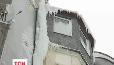 Гигантская сосулька в самом центре Киева угрожает жизни прохожих