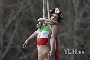 """""""Femen"""" у Парижі зустріли президента Ірану """"повішеною"""" активістку із голими грудьми"""