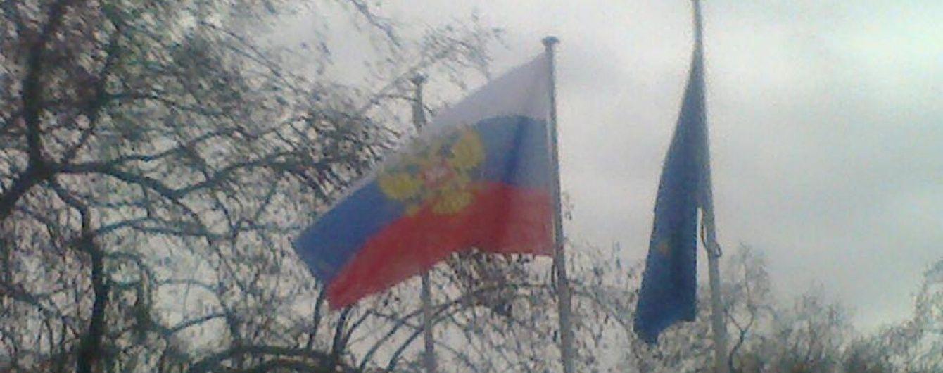 Российский суд заочно арестовал украинку за нападение на посольство РФ в Киеве