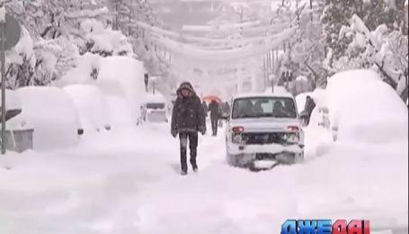 Мощный снегопад парализовал дороги Батуми
