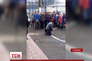 У Тернополі директор училища, який ставив дітей на коліна, поновився на посаді та відсудив компенсацію