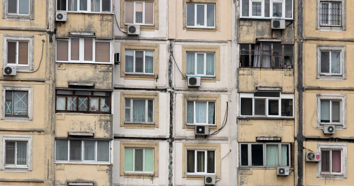В Киеве маленькая девочка разбилась насмерть, выпав из окна на 9-м этаже