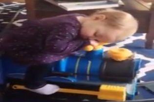 Юзерів розчулило зворушливе відео з немовлям, яке солодко спить на іграшковому поїзді