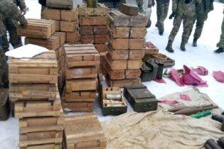 В лесу возле Курахово нашли огромный схрон со средствами поражения