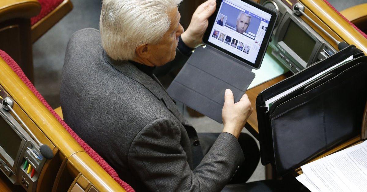 Народний депутат Володимир Литвин під час засідання Верховної Ради України сидить у Facebook. @ УНІАН