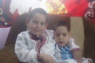 Близнюки Ігор та Максим потребують допомоги у лікуванні ДЦП