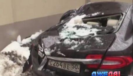 В Москве ледяная глыба одним махом похоронила Jaguar