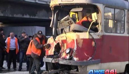 В Днепропетровске не разошлись трамвай и бронетранспортер