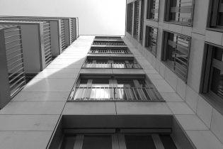 В Запорожье маленький ребенок выпал с 8-го этажа