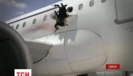 У Сомалі літак здійснив екстрену посадку через вибух на борту