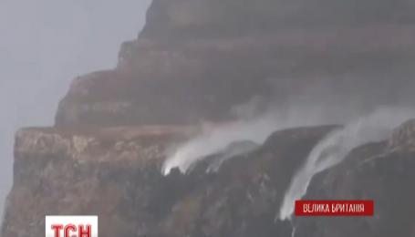 На острові Малл на заході Шотландії сильні вітри обернули водоспади у зворотному напрямку