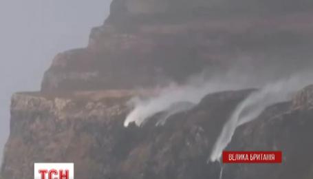 На острові Малл у Шотландії сильні вітри обернули водоспади у зворотному напрямку