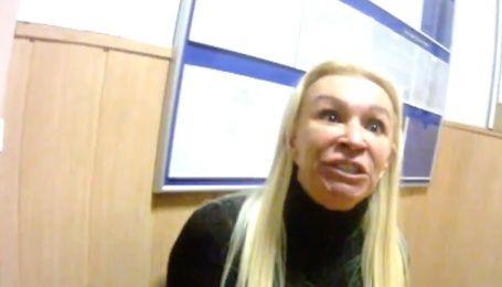 Неадекватная блондинка на Range Rover бросалась с кулаками на полицейских и сломала им стол
